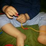 10 activitati care ajuta la dezvoltarea motricitatii fine