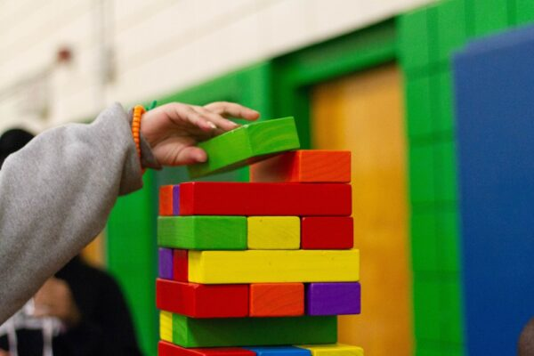 Cuburi colorate – activitate de logica si asociere