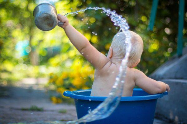 10 idei cum sa convingi copilul sa se spele pe cap