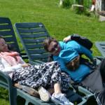 Relatia tata-copil se creeaza cu mama stand pe tusa din cand in cand