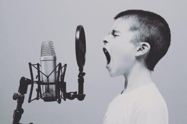 Cum pot să îmi ajut copilul să depășească o experiență traumatică?