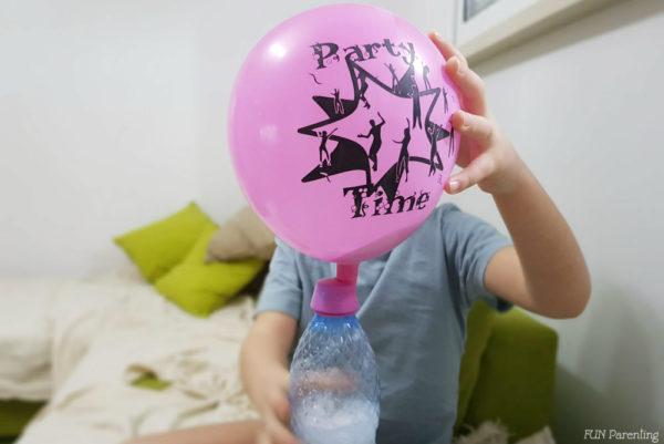 Experiment pentru copii – baloane care se umflă singure