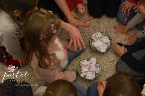 Hochei și bătaie cu bulgări din hârtie – jocuri de făcut în casă