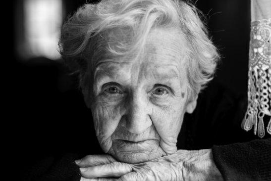 """""""Fericiți la adânci bătrâneți"""" … despre singurătate și iubire"""
