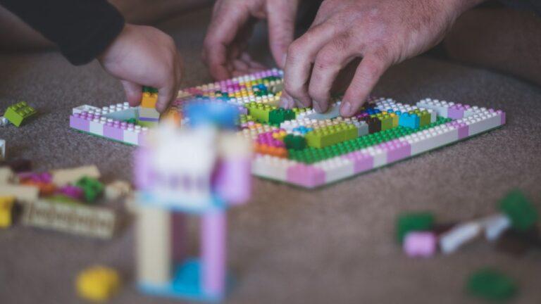 Cursă cu obstacole din piese Lego