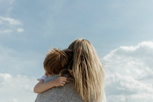 Copiii au nevoie de afecțiune și atingeri fizice pentru a se dezvolta sănătos