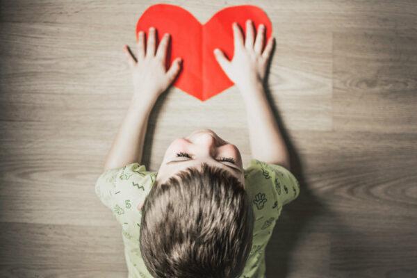 Idei de jocuri pentru dezvoltarea emoțională a copilului tău