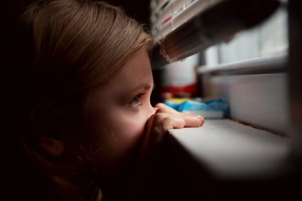 Cum să ajutăm un copil care simte o frică intensă?